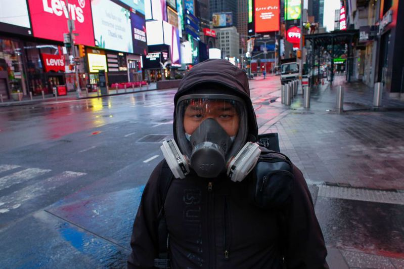 紐約時報廣場28日出現一個戴著防毒面具的男子。 法新社