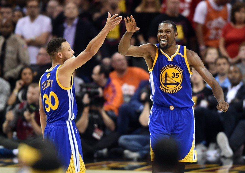 2017年NBA總冠軍戰,勇士隊柯瑞(左)與杜蘭特。 路透