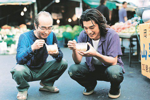 志村健因節目「志村大爆笑」成為台灣家喻戶曉的日本巨星,他和台灣淵源頗深,不僅節目中的角色被陽帆模仿成為「陽婆婆」,也曾來過台灣10多次,更和金城武聯手拍廣告,推廣台灣觀光。志村健在搞笑節目中創造多個...