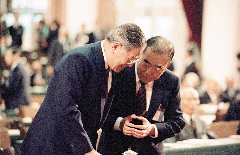 1989年時國民黨舉行第十三屆二中全會,李登輝(左)與郝柏村(右)會中晤談。 聯合報系資料照