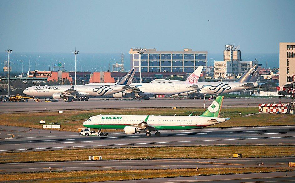 交通部將祭出500億元額度紓困方案,幫忙航空業挺過難關。 本報系資料庫