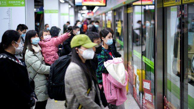 新冠肺炎導致中國經濟出現數十年來最嚴重的滑坡,也給全世界提供一些警訊與教訓。圖為...