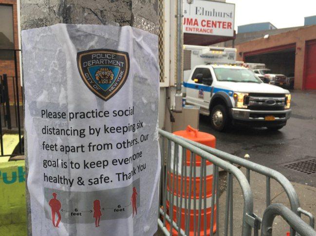 Elmhurst醫院急救中心前,紐約市警局「社交距離」警示。 翁台生/攝影