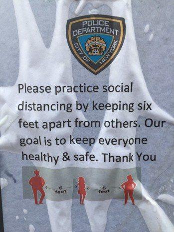 紐約市警察局「社交距離」警示。 翁台生/攝影