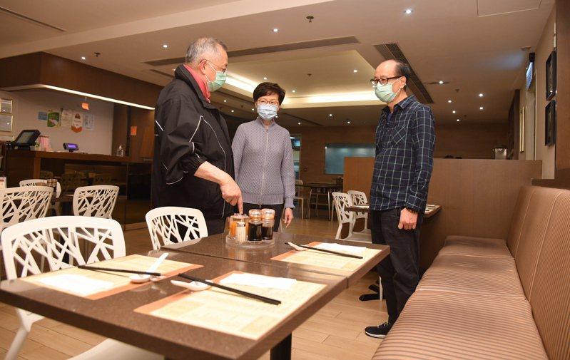 全港食肆前晚6時起實施顧客數目不逾座位一半和不得多於4人同等措施,雖然食肆大多有按新規定作出安排,但也有未有遵從,更有顧客在飲食以外時間未戴上口罩交談。 香港中國通訊社