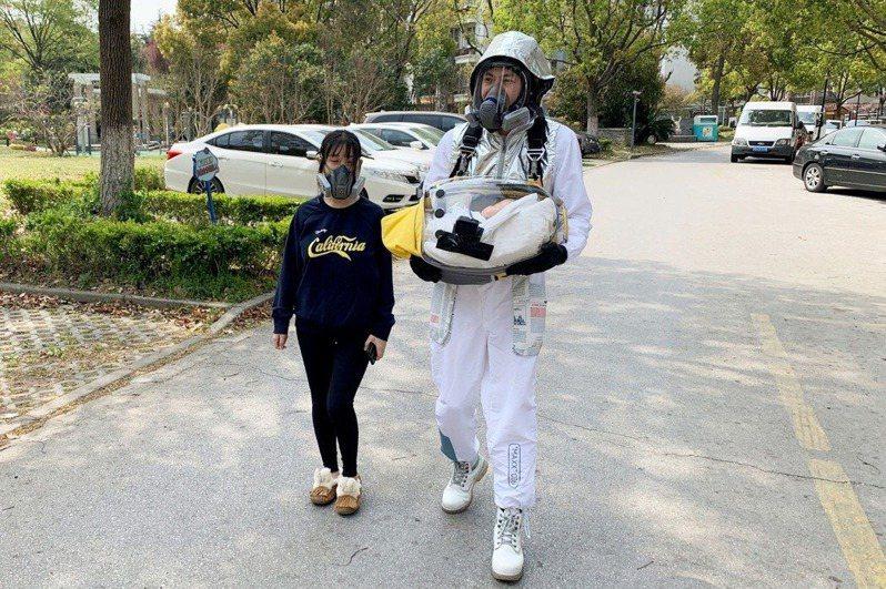 上海父為襁褓兒打造「防疫隔離寶貝艙」。 路透
