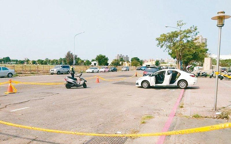高雄市鳳翔公園傳出槍擊案,造成一死一傷。警方拉起封鎖線,進行調查中。  記者王昭月/翻攝