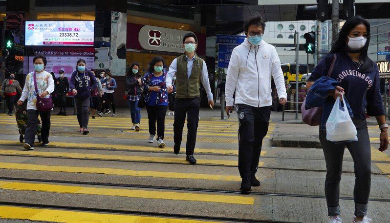香港一名男子自稱沒有固定居所,從大陸返港後向當局虛報檢疫地址,今天被法院判處入獄3個月,是港府推行防疫措施後首名違法入獄的人。圖為香港街頭,與文中當事人無關。 美聯社