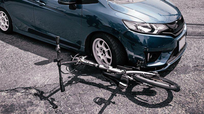 嘉義男子開車撞倒逆向騎單車老農。 情境示意圖。圖/Ingimage