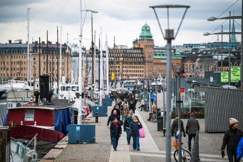 為防堵疫情,挪威和丹麥都採取大規模邊境管制措施,但毗鄰兩國的瑞典卻走了一條截然不同的道路,至今始終堅持佛系防疫。圖/法新社