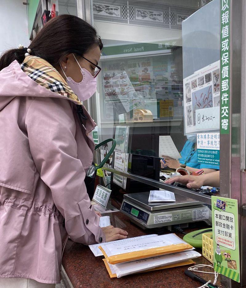 受到新冠肺炎疫情影響,郵局收到不少寄物資給海外家人的郵件。 記者修瑞瑩/攝影