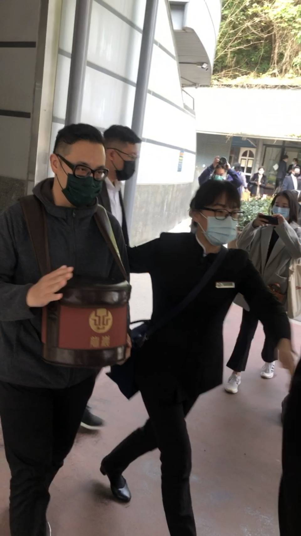 劉真的弟弟劉恆捧著姊姊的骨灰罈。 記者林怡秀/攝影