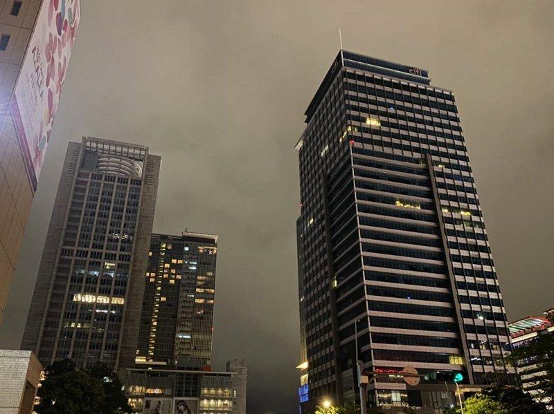 信義商圈百貨、飯店以及企業大樓,參與響應,準時關閉外墻非必要光源。 歐萊德/提供