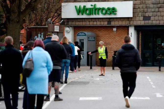 英國維特羅斯超市為減少排隊人潮,實施「一家派一人購物」規定。圖擷自太陽報