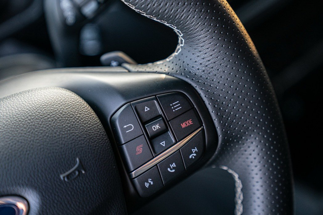 Ford Focus ST採用專屬平底運動化方向盤,於右側多功能按鍵附「S」按鍵...