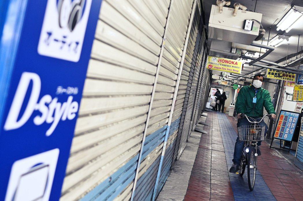 圖為日本秋葉原因應自肅政策而關閉的店家。 圖/法新社