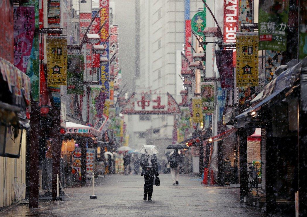 正實施「外出自肅」的東京都,在防疫封鎖、惡劣的天氣狀況和明星訃聞下,似乎也被低氣...
