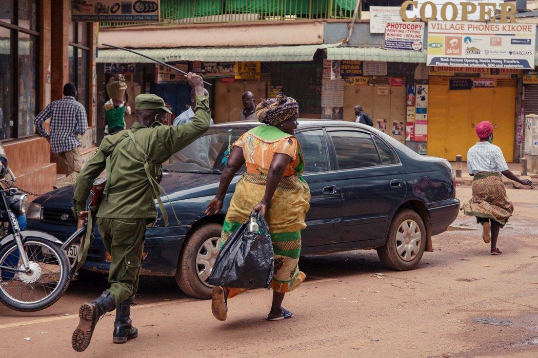 烏干達警察在街頭追趕民眾。 圖/法新社