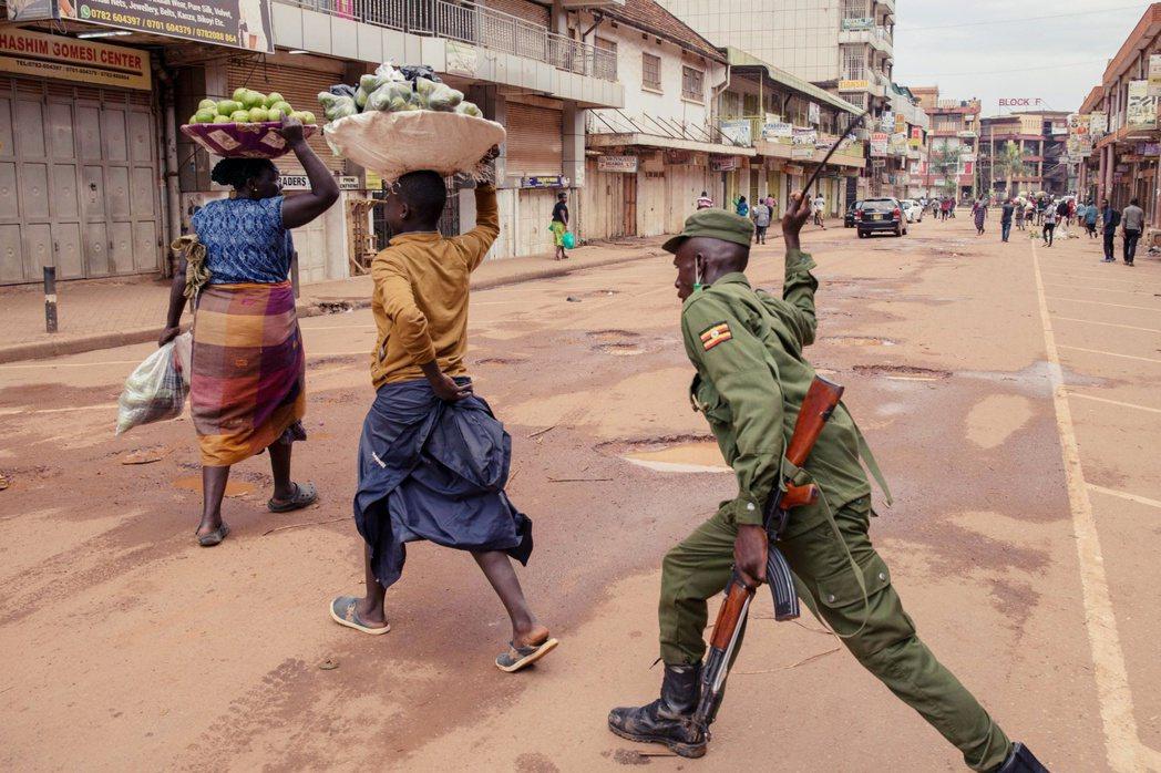 烏干達警察追打街頭上的攤販。 圖/法新社