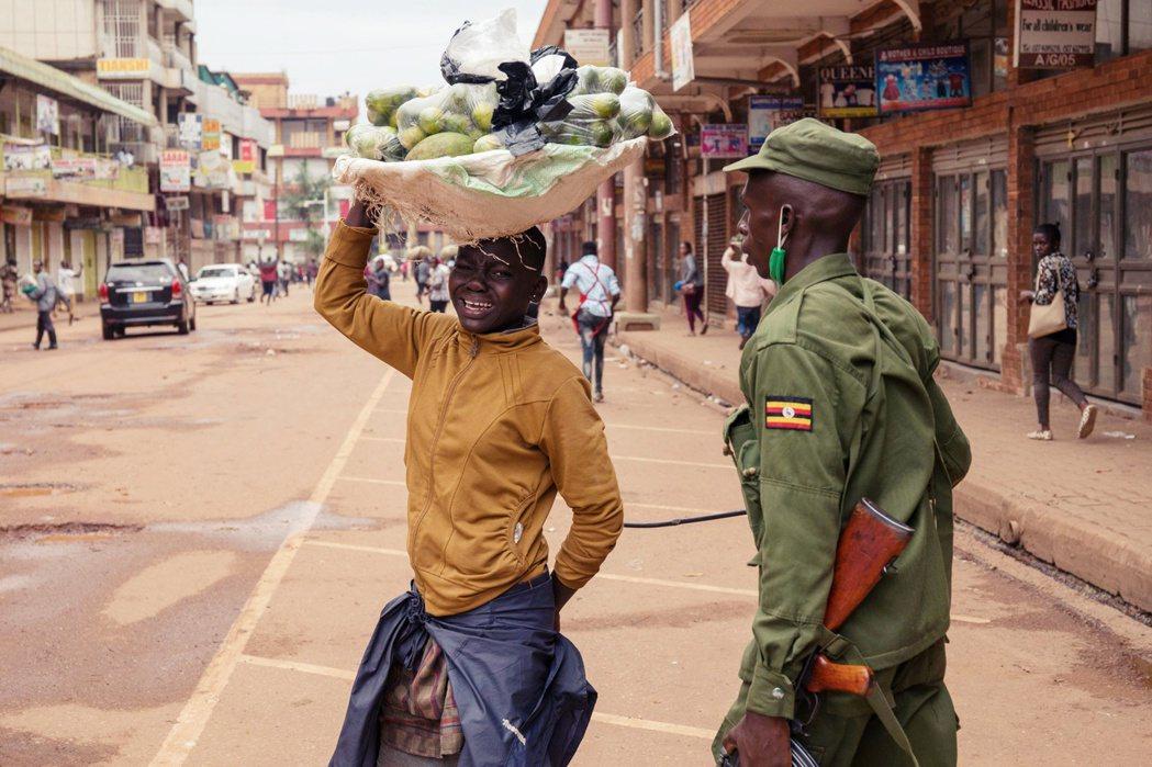 烏干達警察驅趕街頭攤販。 圖/法新社