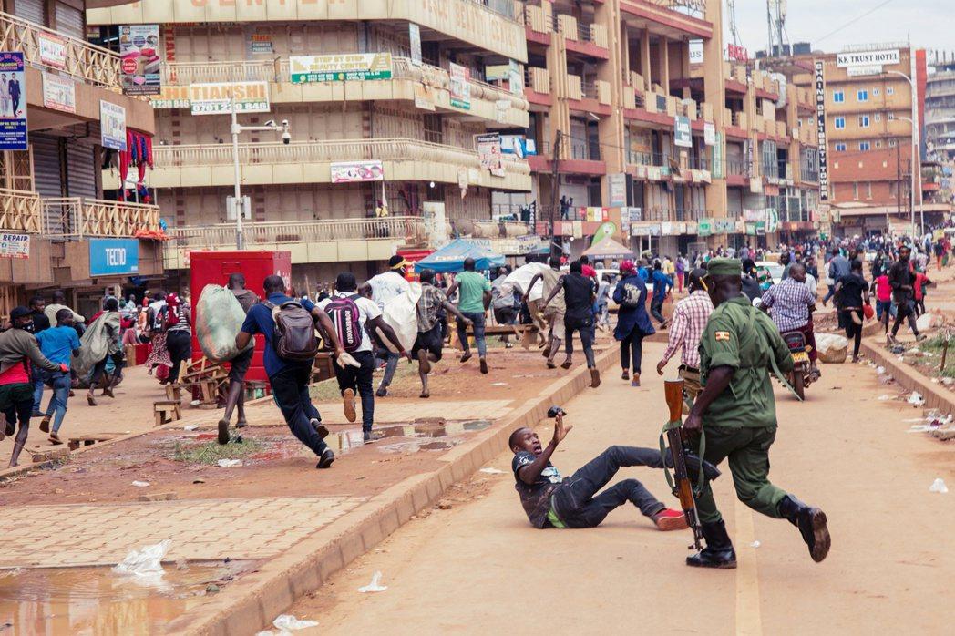 烏干達警察持武裝設備驅趕、追打攤販與路上民眾。 圖/法新社