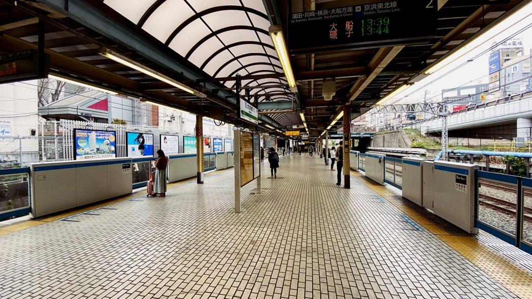 圖為JR大井町站。車站內候車的人數與往常的周末比較並不多,列車內也沒有太多乘客。...