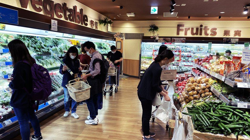 圖為東京品川區的超市,週末已補充好一到兩週份左右的食物存貨,民眾在自肅期間仍可以...