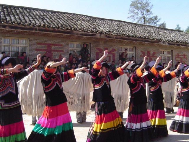 彝族社群舉辦戒毒活動,透過傳統歌舞來吸引人群。春山出版提供。