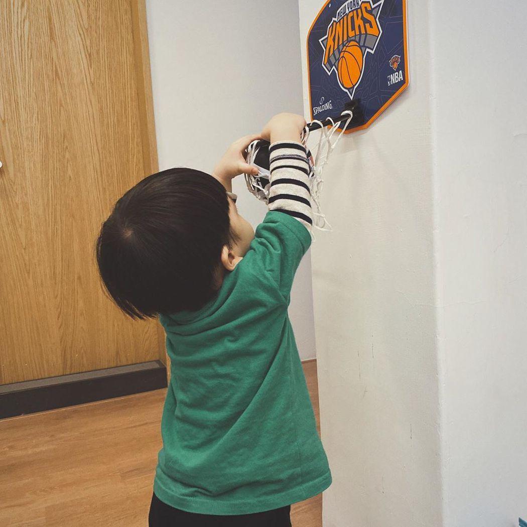 魏如萱兒子「路易」在家灌籃。 圖/擷自魏如萱IG