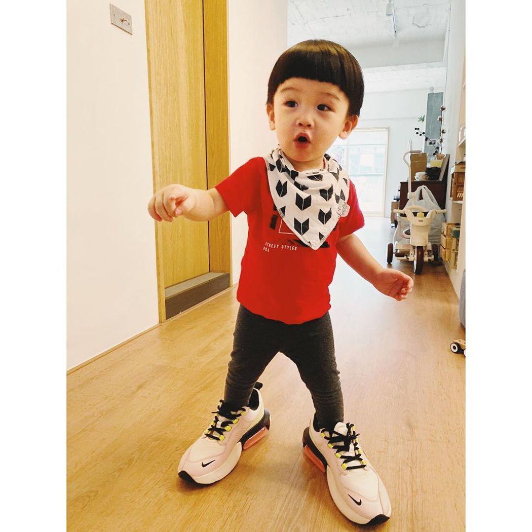 魏如萱兒子「路易」偷穿媽媽的鞋子。 圖/擷自魏如萱IG