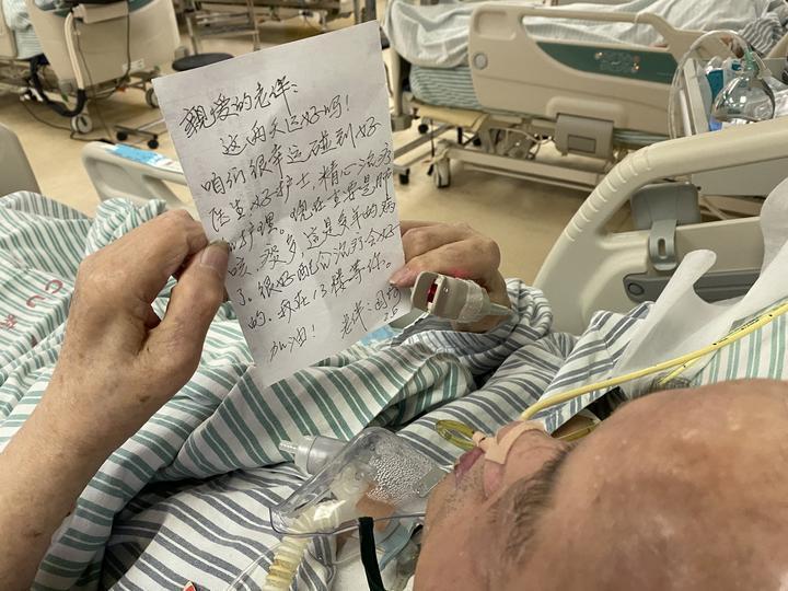 黃奶奶手寫信給住院的老伴。圖片來源/騰訊