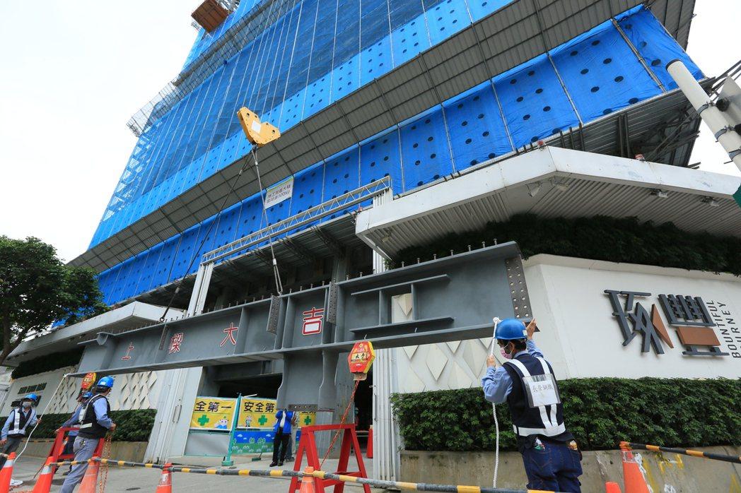 松江南京大道指標個案大陸建設「琢豐」,日前順利上樑。 張瑞文/攝影