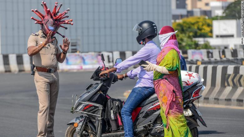 印度警察想出另類「奇招」,戴起嚇人的「新冠病毒頭盔」,結果也順利達到嚇阻作用。圖擷自CNN