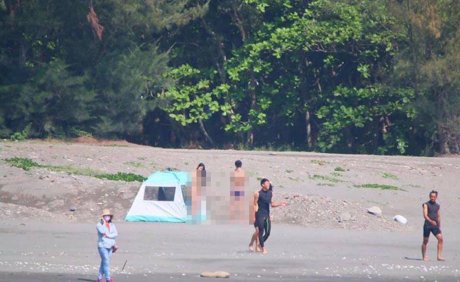 有網友30日在臉書社團又貼出照片,照片中的女主角全身赤裸站在帳篷外與男方互動。翻攝自爆廢公社