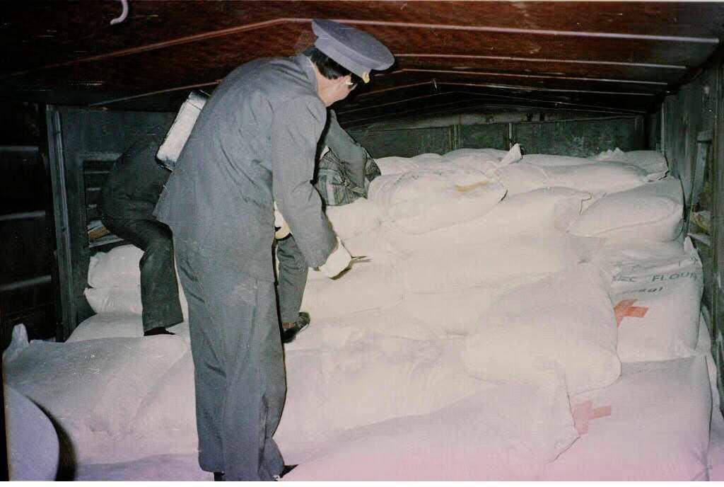 1997年,南韓紅十字會往北韓送去了大批玉米粉的援助物資。 圖/法新社