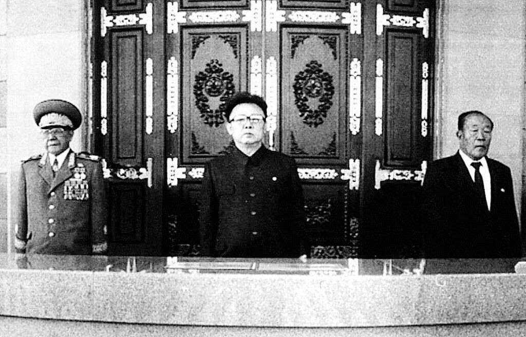 他的兒子金正日(圖中),時年五十二歲,接任成為新的領導人。這是一個君主統治的結束...