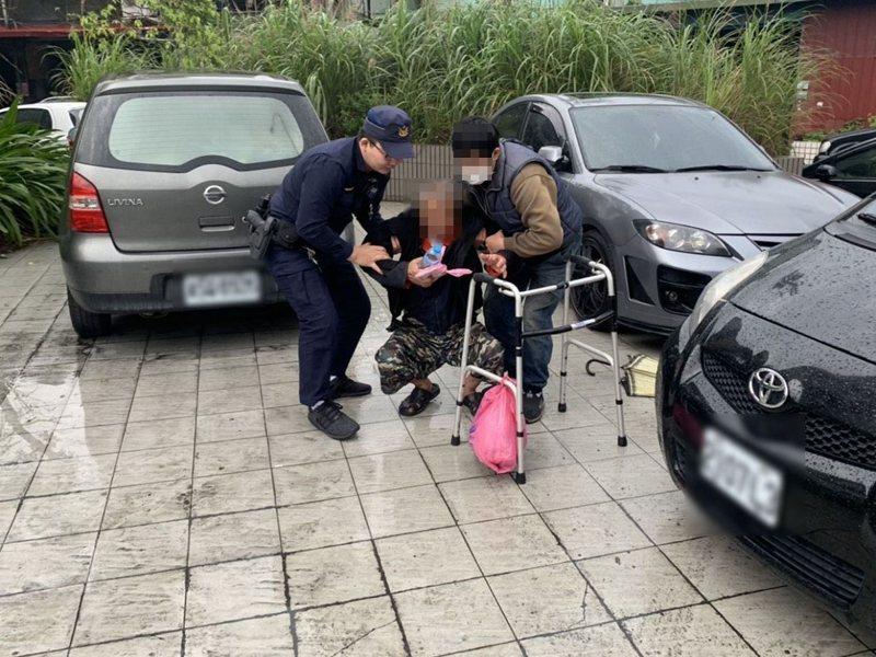 汐止員警救助趴臥在汐止區大同路一段年近7旬的老翁,並主動開警車送回家。 圖/觀天下有線電視提供