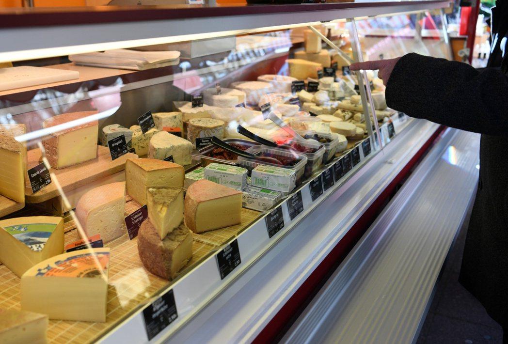 法國老早就宣布,販售糕餅(pastry)、葡萄酒以及乳酪的店家為必需品事業。路透