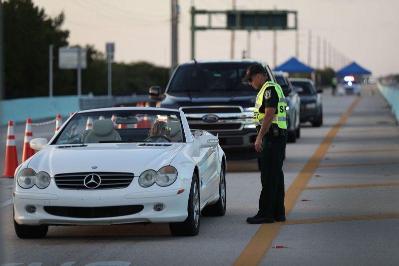 為逃離新冠病毒,美國人出現大遷徙。佛羅里達列嶼(Florida Keys) 設有警察崗哨不讓外人進入。法新社