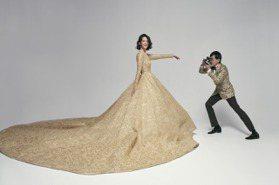 超長金色蕾絲裙擺美炸!黃子佼、孟耿如婚紗照甜蜜曝光