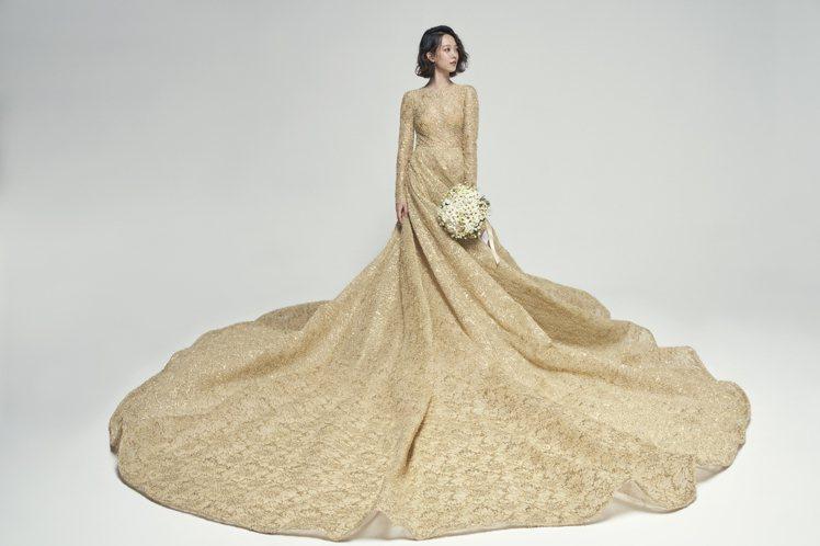 孟耿如身穿台灣高級訂製禮服品牌Nicole+Felicia的金色禮服。圖/Nic...