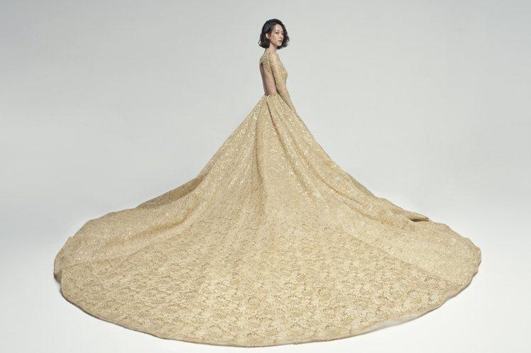 超霸氣的曳地裙擺配上法國進口的金色蕾絲與含有真金成分的金色手工珠材細節,平衡了華...