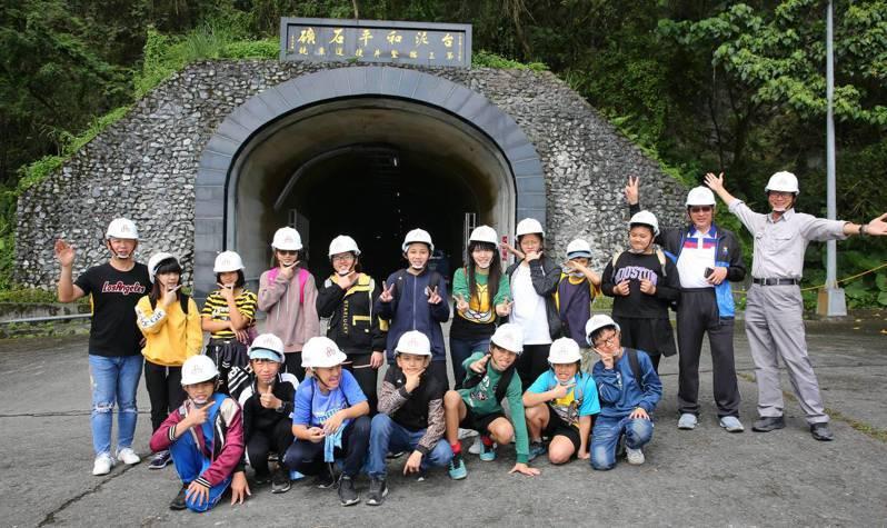 台泥和平廠主任馬楷崴(右一) 帶領花蓮和平國小師生前往礦山,參觀當地使用的豎井運輸。(圖/台泥提供)