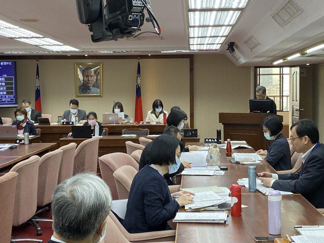 衛福部常務次長薛瑞元,今早在立法院衛環會時表示,確診者不一定都要住負壓隔離病房,...