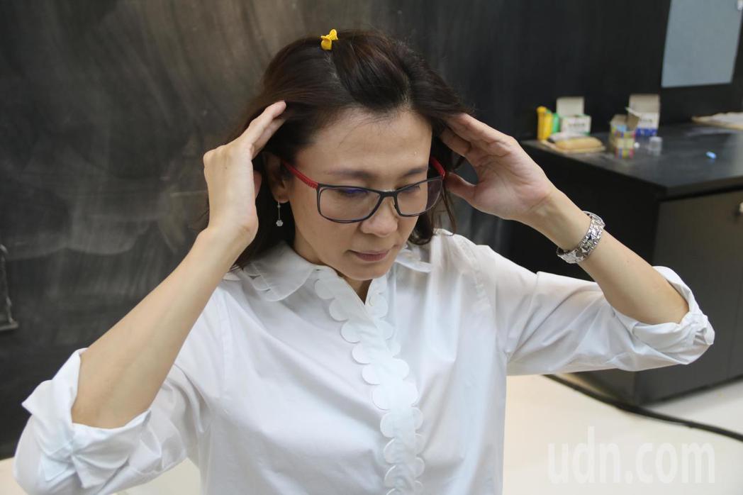 弘光科大妝品系副教授施珮緹,示範精油按摩方法。記者游振昇/攝影