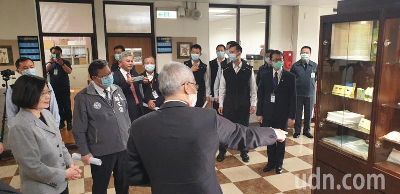 蔡英文總統參觀敏成不織布生產線,聯防時說明台灣加入世衛立場。記者鄭國樑/攝影