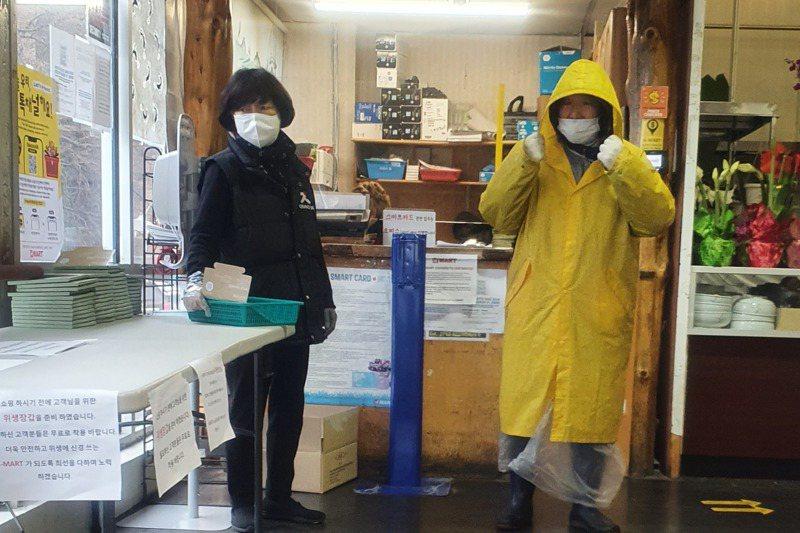法拉盛華人超市的排隊人潮。上超市如上戰場,有些顧客穿上雨衣當防護衣。記者王彩鸝/攝影
