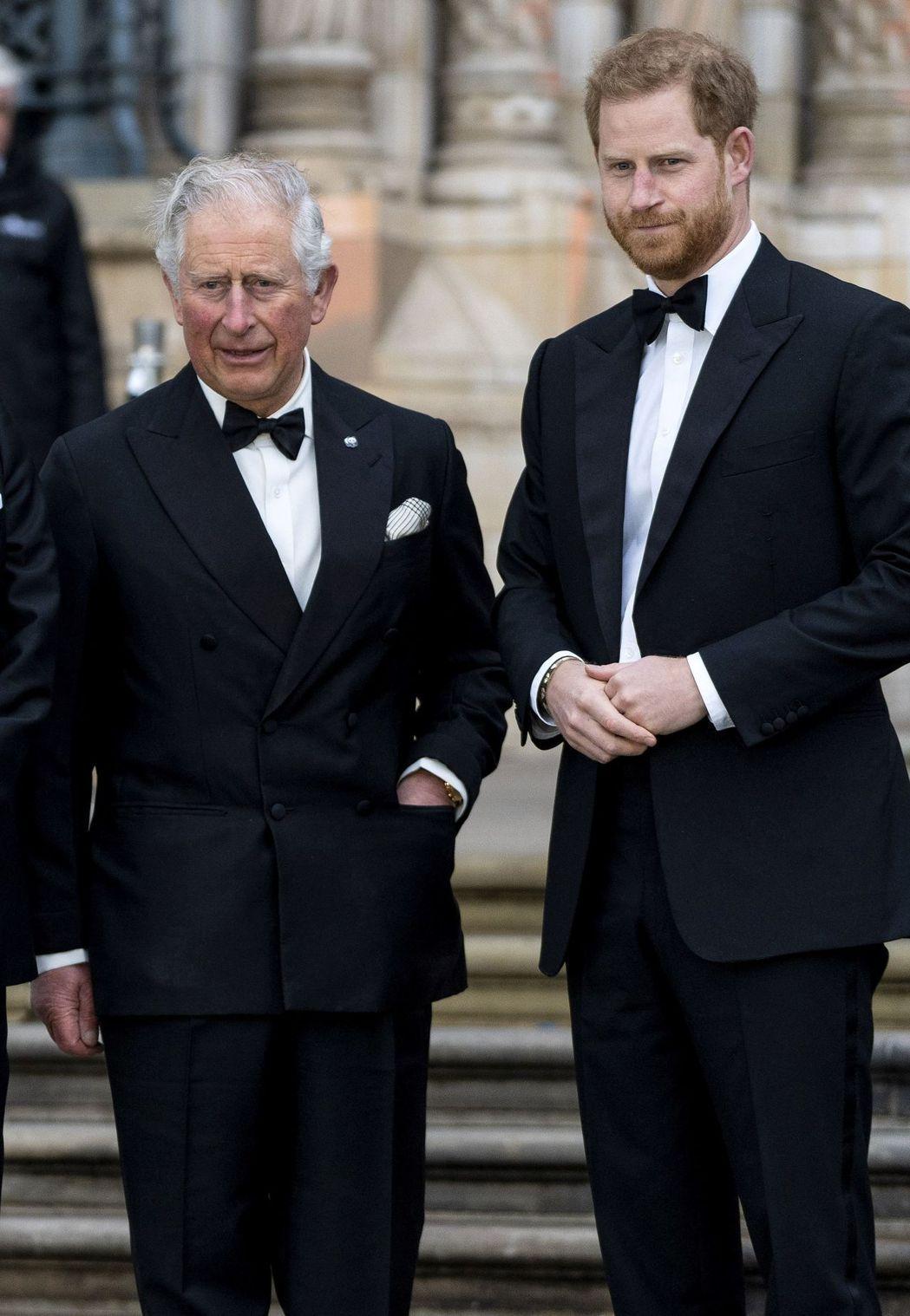 英國王儲查爾斯王子新冠肺炎確診,據傳哈利本想返回英國探視,但遭擔憂疫情的梅根禁止...