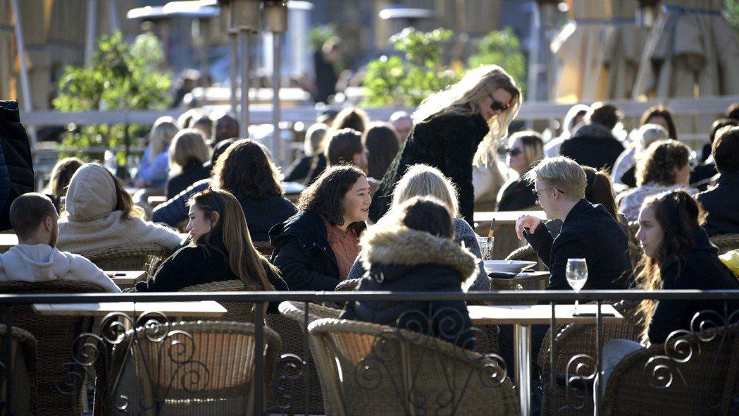 瑞典商店和餐廳仍照常開放,民眾在餐廳戶外區享受陽光。歐新社