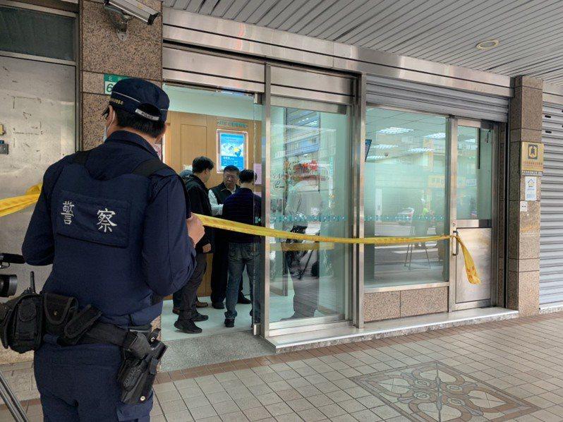 歹徒行搶中山區北安路銀行,警方迅速趕到現場。圖記者蕭雅娟/攝影